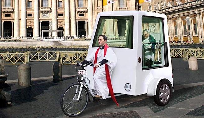 Papamóvil en bicicleta (y no es broma)